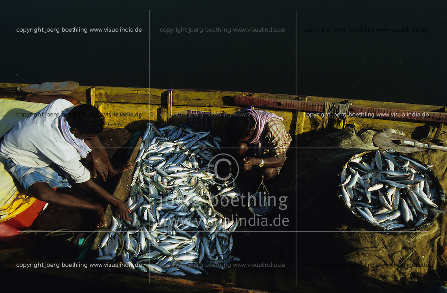 INDIA Andaman Island, Port Blair, fishermen with catch in boat in harbour /   INDIEN, Andamanen, Port Blair, <br />