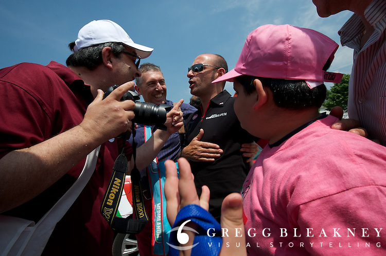 Paolo Bettini holding court at the starting area.
