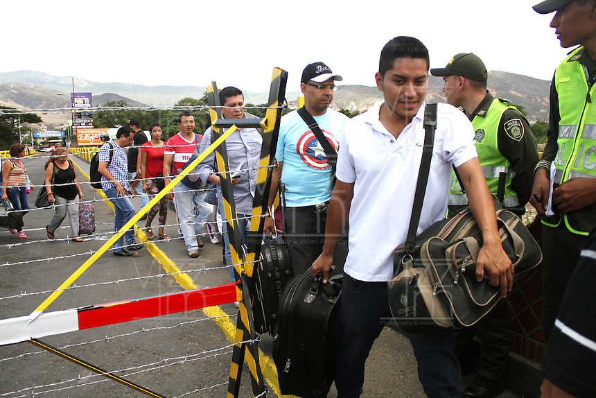 CUCUTA – COLOMBIA – 25-08-2015: Cientos de Colombianos deportados vuelven a Venezuela para llevar de regreso sus bienes a través de la frontera por el río Táchira.  Hoy se cumple el quinto día del cierre de la frontera Colombo Venezolana ordenado por Nicolas Maduro, Presidente de Venezuela, medida que el mandatario sólo revocará cuando la situación de orden público se normalice en el sector fronterizo  del estado del Tachira (VEN) y el departamento de Norte de Santander (COL) / Nicolas Maduro President of Venezuela, ordered the closure of the border of his country, with Colombia. / Hundred of deported Colombians comback to Venezuela to carry back their belongings  trhough  the border by the Tachira river. Today is the fifth day of the border clousure between Colombia and Venezuela ordered by Venezuelan President, Nicolas Maduro; measure that president will revoke when the public order is restored in the border place of the state of Tachira (VEN) and department of Norte de Santander (COL). Photo: VizzorImage / Manuel Hernandez /