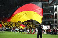 Fahnen werden beim Mannschaftseinlauf geschwenkt - 08.10.2017: Deutschland vs. Asabaidschan, WM-Qualifikation Spiel 10, Betzenberg Kaiserslautern