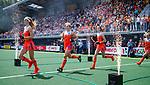 Den Bosch  -  Nederland, Yibbi Jansen (Ned) , Kyra Fortuin (Ned) , Felice Albers (Ned) , Lauren Stam (Ned)    betreedt het veld, met vuurwerk,    voor  de Pro League hockeywedstrijd dames, Nederland-Belgie (2-0).  COPYRIGHT KOEN SUYK
