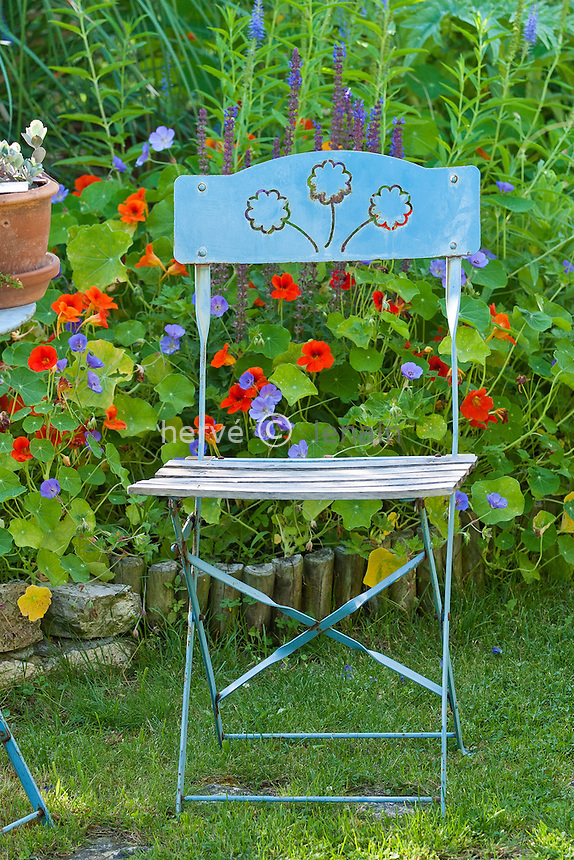 France, Île d'Oléron: Jardin de la Boirie,  chaise bleue et capucines // France, Ile d'Oléron: garden of Boirie, blue chair and Nasturtium