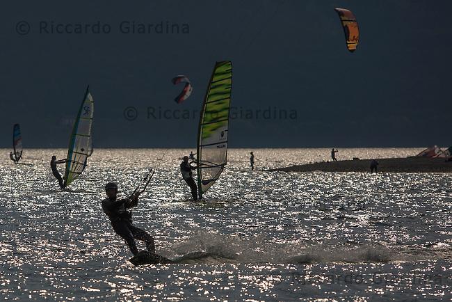 Veduta del Lago di Santa Croce, a Farra d'Alpago, meta di appassionati di kitesurf e windsurf.