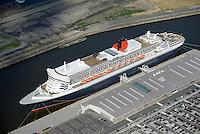 Queen Mary 2 am Cruise Center Steinwerder im Hamburger Hafen: EUROPA, DEUTSCHLAND, HAMBURG 21.06.2015 Queen Mary 2 am Cruise Center Steinwerder im Hamburger Hafen.  Das Hamburg Cruise Center Steinwerder, auch Hamburg Cruise Center 3 (CC 3) genannt, ist seit seiner Inbetriebnahme am 9. Juni 2015 das neuste Kreuzfahrtterminal und liegt mitten im Hamburger Hafen.<br /> <br /> Die 80 Mio. Euro teure Anlage entstand am Kronprinzkai im Kaiser-Wilhelm-Hafen suedlich der Norderelbe. Durch diese Lage auf einer Halbinsel mitten im Hafen ist die Innenstadt Hamburgs nur ueber laengere und umstaendliche Wege zu erreichen.