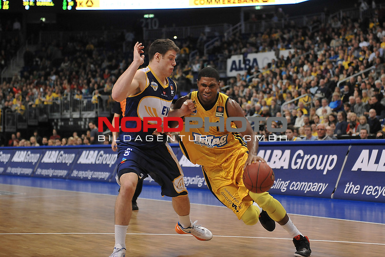 21.12.2012, O2 World, Berlin, GER, 1. BBL, Alba Berlin vs EWE Baskets Oldenburg im Bild Zweikampf zwischen Derrick Byars (Alba Berlin) rechts und Chris Kramer (EWE Baskets Oldenburg) links Aktion/Action<br /> <br /> Foto &copy; nph / Schulz