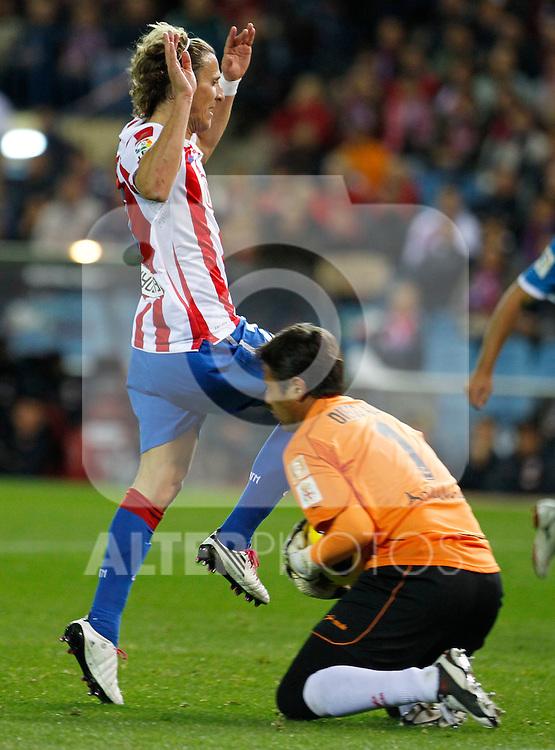 Madrid (31/10/10).- Estadio Vicente Caldeon..Campeonato Nacional de Liga..Atco. Madrid 1- Almeria 1..Forlan y Diego Alves....©Alex Cid-Fuentes/ ALFAQUI..