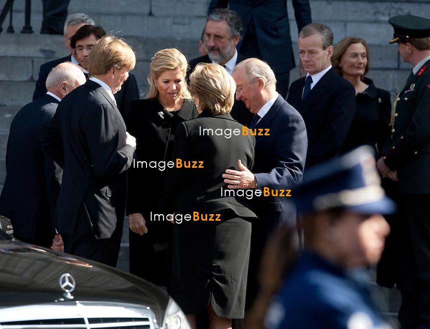 Les sept cercueils blancs des petites victimes de l'école Sint-Lambertus d'Hervelee décédées dans l'accident de bus de Sierre sont arrivés vers 10h20 à l'église Saint-Pierre de Louvain. Les élèves de l'école Sint-Lambertus sont arrivés aux alentours de 10 heures, les cercueils et les parents à 10h20. Les cercueils étaient portés par des militaires de la caserne d'Heverlee et suivis par les proches des victimes..Le Premier ministre néerlandais Mark Rutte, le président du conseil européen Herman Van Rompuy, le couple princier des Pays-Bas, Willem-Alexander et Maxima, le couple royal belge et le Premier Ministre belge Elio Di Rupo ont pris place dans l'Eglise. .22/03/12.Pic ; Le Prince Alexander et la Princesse Maxima des Pays-Bas avec la Reine Paola et le Roi Albert II ( Belgique )