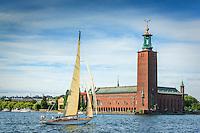 Klassisk segelbåt för segel vid Stadshuset i Stockholm