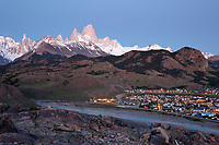 Argentina, Patagonia, View over Cerro Fitz Roy and Cerro Torre with town of El Chalten | Argentinien, Patagonien, El Chalten: mit Cerro Fitz Roy und Cerro Torre