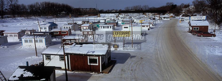 Amérique/Amérique du Nord/Canada/Québec/Mauricie/Sainte-Anne-de-la-Pérade: Cabanons de pëcheurs  sur la rivière Sainte-Anne les pécheurs   pratiquent la pêche blanche, il capturent des  poulamons dits  petits poissons des chenaux.