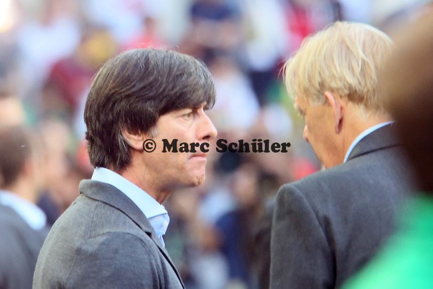 Bundestrainer Joachim Löw und Kameruns Nationaltrainer Volker Finke - Deutschland vs. Kamerun, Mönchengladbach