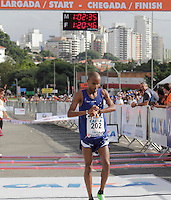 SAO PAULO, SP, 04 DE MARCO DE 2012 - MEIA MARATONA INTERNACIONAL DE SAO PAULO - Paulo Roberto Almeida Paula atleta brasileiro terceiro colocado na prova masculina durante a Meia Maratona Internacional de Sao Paulo, na Praca Charles Muller, na manha deste domingo, 04. FOTO WARLEY LEITE - BRAZIL PHOTO PRESS.