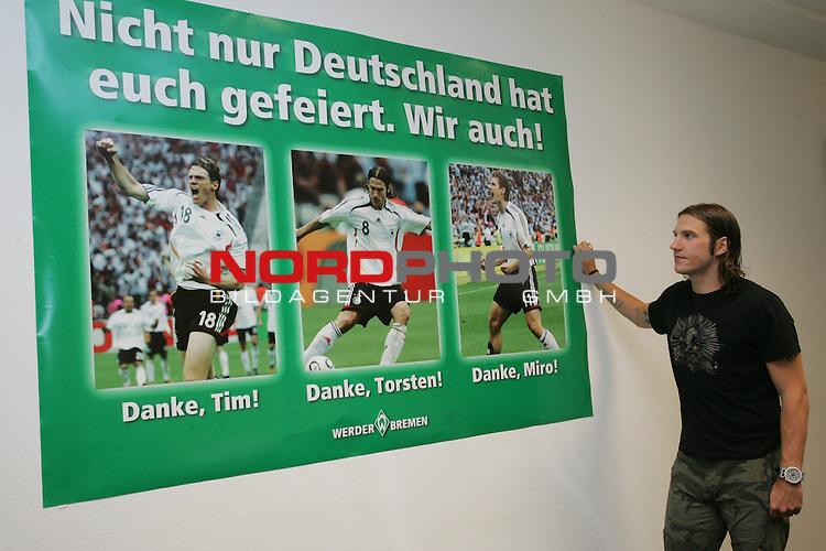 FBL 2006/2007 - PK WM R&uuml;ckkehrer Werder Bremen<br /> <br /> Torsten Frings nach der Pressekonferenz vor einem Foto Plakat im Presseraum. Auf diesem Plakat w&uuml;rdigt Werder Bremen noch einmal die drei Nationalspieler.<br /> <br /> Foto &copy; nordphoto <br /> <br /> <br /> <br />  *** Local Caption ***