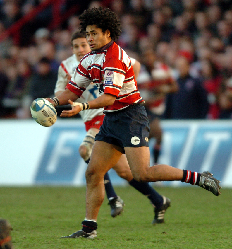 Photo. Henry Browne..Gloucester v Stade Francais. Heineken Cup Pool Six. 16/01/2005..Terry Fanolua passes the ball..