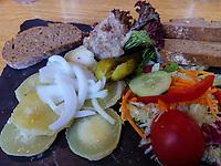 Spezialität Harzer Käse und Schmalzbrot im Brauhaus, Goslar, Niedersachsen, Deutschland, Europa<br /> Local dish Harz cheese and Lard in restaurant Brauhaus, Goslar, Lower Saxony,, Germany, Europe