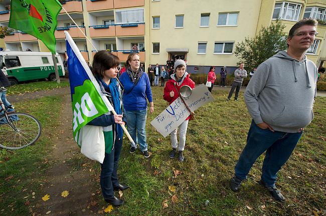 Rechte Buerger aus Berlin Hellersdorf demonstrieren am Samstag den 26. Oktober 2013 gemeinsam mit Neonazis der NPD gegen ein Fluechtlingsheim in Berlin-Hellersdorf.<br />Gegendemonstranten blockierten die Demonstration mit einer Sitzblockade, so dass die Rechten ihren Marsch abbrechen mussten.<br />Im Anschluss meldeten die Neonazis eine weitere Demonstration an. Auch hier versuchten Gegendemonstranten den Aufmarsch mit Sitzblockaden zu verhindern, wurden jedoch von der Polizei mit Gewalt von der Strasse gebracht und eingekesselt.<br />Im Bild: Protest gegen den rechten Aufmarsch.<br />26.10.2013, Berlin<br />Copyright: Christian-Ditsch.de<br />[Inhaltsveraendernde Manipulation des Fotos nur nach ausdruecklicher Genehmigung des Fotografen. Vereinbarungen ueber Abtretung von Persoenlichkeitsrechten/Model Release der abgebildeten Person/Personen liegen nicht vor. NO MODEL RELEASE! Don't publish without copyright Christian Ditsch/version-foto.de, Veroeffentlichung nur mit Fotografennennung, sowie gegen Honorar, MwSt. und Beleg. Konto:, I N G - D i B a, IBAN DE58500105175400192269, BIC INGDDEFFXXX, Kontakt: post@christian-ditsch.de.<br />Urhebervermerk wird gemaess Paragraph 13 UHG verlangt.]