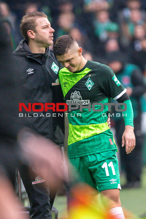 10.02.2019, Weser Stadion, Bremen, GER, 1.FBL, Werder Bremen vs FC Augsburg, <br /> <br /> DFL REGULATIONS PROHIBIT ANY USE OF PHOTOGRAPHS AS IMAGE SEQUENCES AND/OR QUASI-VIDEO.<br /> <br />  im Bild<br /> <br /> Milot Rashica (Werder Bremen #11)<br /> Verletzung / verletzt / Schmerzen<br /> Florian Kohfeldt (Trainer SV Werder Bremen) troestet<br /> Auswechslung<br /> <br /> Foto &copy; nordphoto / Kokenge
