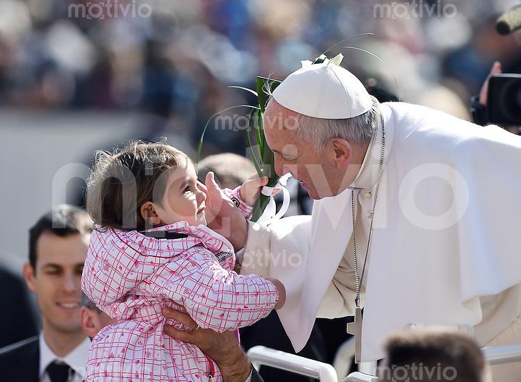 Rom, Vatikan 18.03.2015 Papst Franziskus I. (re) bekommt von einem Maedchen  bei der woechentlichen Generalaudienz auf dem Petersplatz Blumen geschenkt