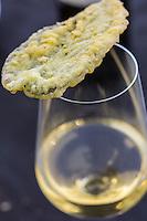 Italie, Vénétie, Lagune de  Venise:  Île de San Erasmo: Cicchetti: Feuiilles de sauge avec le  vin de Michel Thoulouze:  Orto di Venezia // Italy, Veneto, Venetian Lagoon