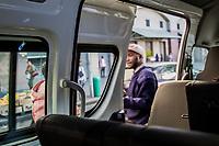 Ein namentlich nicht bekannter Fahrgast verlässt einen beschlagnahmten Minibus in Kapstadt, Südafrika. Der Fahrer hatte eine nicht genehmigte Route benutzt.