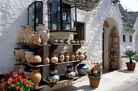 ITA, Italien, Apulien, Alberobello im Valle d'Itria: Gasse mit Souvenirshops im Viertel Rione Monti - Töpfereiartikel | ITA, Italy, Puglia, Alberobello at Valle d'Itria: lane at Rione Monti quarter - pottery