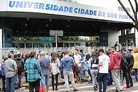 SAO PAULO, SP, 05.11.2016 - ENEM-SP - Estudantes são vistos antes do inicio da realização do Exame Nacional do Ensino Medio, ENEM, na Universidade Cidade de São Paulo, na zona leste da cidade neste sabado, 05. (Foto: Paulo Guereta/Brazil Photo Press)