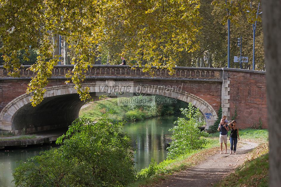 """France, Haute-Garonne (31), Toulouse, centre historique, Canal de  Brienne - Le canal de Brienne est un canal  qui relie la Garonne et le canal du Midi, à Toulouse. // France, Haute Garonne, Toulouse, Canal de Brienne (also known as the """"Canal de Saint-Pierre"""") is a French canal connecting the Garonne River with the Canal du Midi"""
