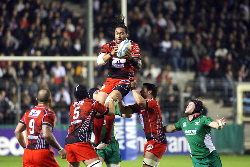 Photo: Iconsport/Richard Lane Photography. Toulon v Scarlets. Amlin Challenge Cup Quarter Final. 11/04/2010. .Toulon's Fotunuupule Auelua wins a high ball.