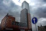 ROTTERDAM - In Rotterdam staat op de plaats waar vroeger oceaanstomers en cruiseschepen van de Holland-Amerika Lijn aanmeerden om de overtocht van Rotterdam naar New York te maken, aan de Wilhelminapier de hoogste woontoren van Nederland, de 152 meter hoge Montevideo toren. Het door de Belgische aannemer Besix gebouwde complex is ontworpen door architectenburo Mecanoo in opdracht van ING Real Estate en de Dienst Stedenbouw Rotterdam, en biedt ruimte aan bijna tweehonderd woningen en appartementen, kantoren, een zwembad en restaurants. COPYRIGHT TON BORSBOOM