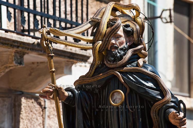 COCULLO (AQ) 05/05/2011: OLD TIPYCAL FEAST OF SNAKES - IL SANTO COPERTO DI SERPENTI DURANTE L'ANTICA FESTA DEI SERPENTI. FOTO ADAMO DI LORETO