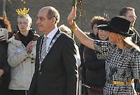 ALGEMEEN: JOURE: 21-11-2014, Bezoek Koningin Maxima bij de officiële opening van de Brede School, De koningin en burgemeester Arie Aalberts van de gemeente De Friese Meren, ©foto Martin de Jong
