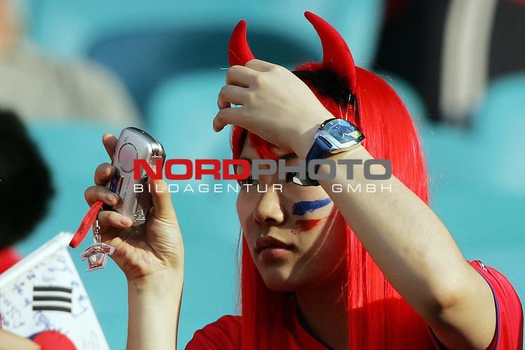 FIFA WM 2006 -  Gruppe D  Vorrunde ( Group D )<br /> Play   #29 (18-Jun) - Frankreich - Korea<br /> <br /> Weiblicher Fan von Korea, die noch einmal im Spiegel ihr Outfit betrachtet.<br /> <br /> Foto &copy; nordphoto