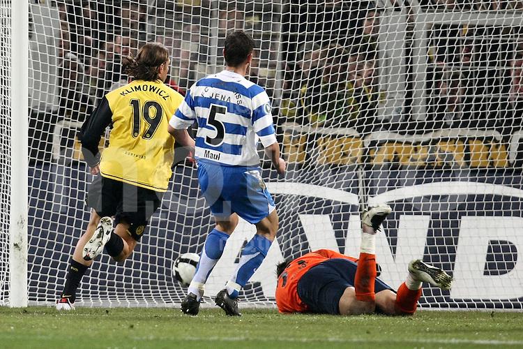FUSSBALL     DFB Pokal     SAISON 2007/2008   Halbfinale Borussia Dortmund - FC Carl Zeiss Jena               18.03.2008 Tor zum 2:0: Torschuetze Diego KLOMOWICZ (li, Dortmund) erzielt das 2:0. Alexander MAUL (Mitte) und Torwart Vasili KHAMUTOUSKI (re, beide Jena) kommen nicht an den Ball
