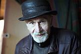 Karol Gierlinski in seinem Atelier, Rettung vor der Vernichtung, Romni Noncia rettete über 50 Kinder vor der Ermordung durch die Nazis, unter anderem Karol Parno Gierlinski.
