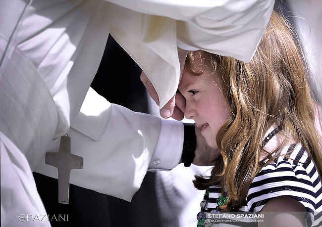 Pope Francis blesses eyes five-year-old Lizzy Myers from the United States who suffers from a rare genetic disease Which will take away her hearing and gradually make her blind General Papal audience, St. Peter's Square, Vatican City, Rome, Italy April 6 , 2016<br /> The Lizzy dream came true. The American girl of 5 years - the protagonist of a story that has moved the world - met at the Vatican Pope Francis. Lizzy, who suffers from a rare genetic disease (Usher syndrome - type B) that will completely lose his sight, had expressed a desire to meet the Pope.
