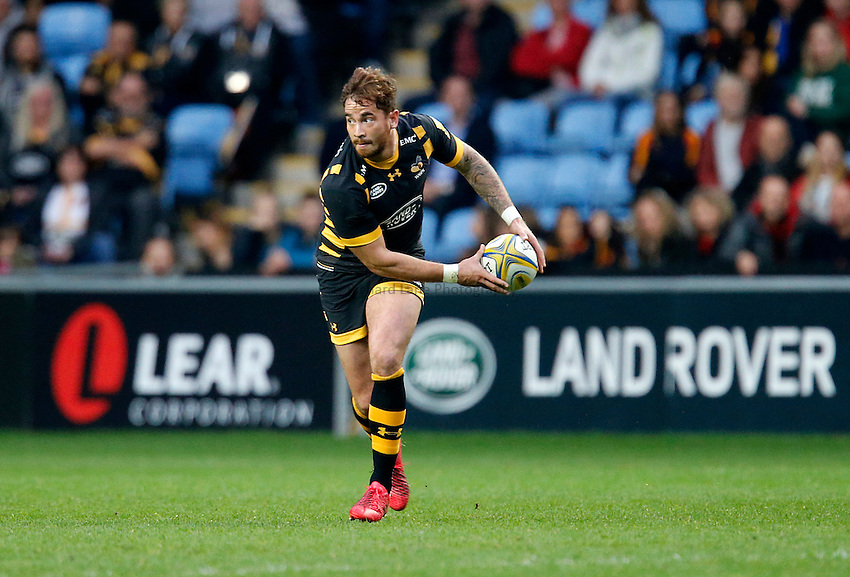 Photo: Richard Lane/Richard Lane Photography. Wasps v Newcastle Falcons. Aviva Premiership. 30/10/2016. Wasps' Danny Cipriani passes.