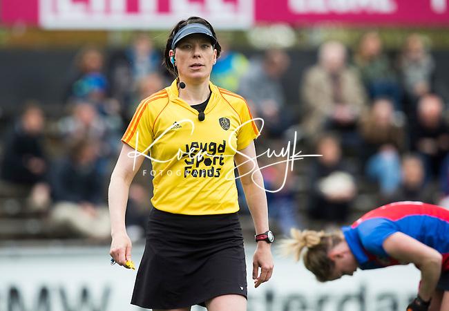AMSTELVEEN -  Scheidsrechter Caroline Brunekreef   tijdens de tweede halve finalewedstrijd in de Play offs tussen Amsterdam en  SCHC (2-0).  Amsterdam gaat door naar de finale. COPYRIGHT KOEN SUYK