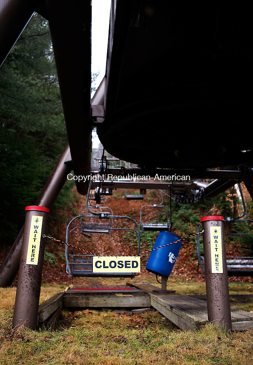 New Hartford, CT- 22 December 2015-122215CM03-  A closed sign is below a chair lift at Ski Sundown in New Hartford on Tuesday.   The ski area was temporarily closed as warm weather and lack of snow has prevented it from opening. Christopher Massa Republican-American