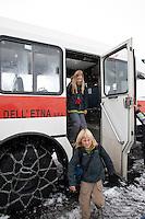 Geländewagen, Geländebus bringt Touristen mit Schneeketten an den Gipfel des Etna, Kind, Kinder steigen aus, Ätna, Etna, Lavagestein, Vulkan, karge Vulkanlandschaft, Italien, Sizilien, Mount Etna, volcano