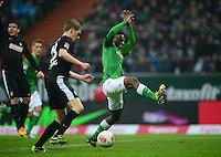 FUSSBALL   1. BUNDESLIGA   SAISON 2012/2013    22. SPIELTAG SV Werder Bremen - SC Freiburg                                16.02.2013 Matthias Ginther (SC Freiburg) gegen Eljero Elia (re, SV Werder Bremen)