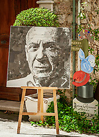 Frankreich, Provence-Alpes-Côte d'Azur, Mougins: Portrait Pablo Picasso - Collage erstellt aus Zeitungsausschnitten | France, Provence-Alpes-Côte d'Azur, Mougins: Portrait of Pablo Picasso - Collage made of newspaper cuttings