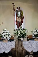 SAO PAULO, SP 13 DE JUNHO DE 2012 - FESTA DE SANTO ANTONIO -  Paulistano comparece em peso na distribuicao de paes e bolo da festa de comemoracao a Santo Antonio, o santo casamenteiro, segundo os devotos, nesta quarta-feira 13, no bairro do Pari, regiao leste da Cidade. FOTO RICARDO LOU - BRAZIL PHOTO PRESS