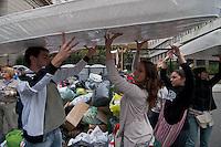 """.BUENOS AIRES, ARGENTINA, 06 ABRIL 2013 - ENCHENTES ARGENTINA AJUDA - Voluntários trabalham na recepção de donativos em frente à Catedral Metropolitana, no centro de Buenos Aires, neste sabado (6). As doações serão encaminhadas para as vítimas das enchentes que atingiram Buenos Aires e La Plata durante a semana. A tempestade foi classificada pelas autoridades como a """"pior"""" da história do país. Mil e trezentas pessoas continuam afastadas de seus lares e 350 mil estão sem energia elétrica. Já foram registradas 55 mortes, vítimas das chuvas. FOTO: PATRICIO MURPHY / BRAZIL PHOTO PRESS."""