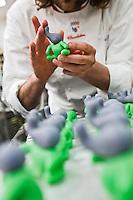 Europe/France/Ile de France/92/Hauts-de-Seine/Sceaux:Préparation de confiseries en pâte d'amande  chez Patrick Roger Chocolatier Meilleur Ouvrier de France