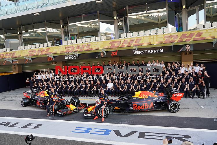 28.11.2019, Yas Marina Circuit, Abu Dhabi, FORMULA 1 ETIHAD AIRWAYS ABU DHABI GRAND PRIX 2019<br />, im Bild<br />Gruppenfoto von Aston Martin Red Bull Racing mit Dr.Helmut Marko(Red Bull), Christian Horner (Red Bull), Max Verstappen (NEL#33), Aston Martin Red Bull Racing, Alexander Albon (GBR#23), Aston Martin Red Bull Racing<br /> <br /> Foto © nordphoto / Bratic