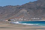 Plage de Sao Pedro. ile de Sao Vicente. La plage de Sao Pedro au sud ouest de Mindelo est magnifique mais les vagues sont très dangereuses. Dans le village de pecheurs, on peut aller voir les prises du matin et deguster un poisson grille accompagne  un punch ou d une biere fraiche.
