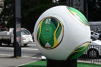 SAO PAULO, SP, 03 DEZEMBRO 2012 - BOLA CAFUSA - Uma réplica gigante da bola oficial da Copa das Confederações foi instalada na Avenida Paulista, região central da capital paulista, nesta segunda-feira. (FOTO: ALEXANDRE MOREIRA / BRAZIL PHOTO PRESS).