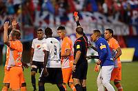 ENVIGADO - COLOMBIA -14 -02-2016: Wilson Lamoroux (Der.) arbitro, muestra tarjeta roja a Kevin Cardona (Izq.), jugador de Envigado FC, durante partido por la fecha 3 entre Envigado FC y Deportivo Independiente Medellin, de la Liga Aguila I-2016, en el estadio Polideportivo Sur de la ciudad de Envigado. / Wilson Lamoroux (R), referee, shows red card to Kevin Cardona (L), player of Envigado FC, during a match of the 3 date between Envigado FC and Deportivo Independiente Medellin, for the Liga Aguila I-2016 at the Polideportivo Sur stadium in Envigado city. Photo: VizzorImage. / Leon Monsalve / Str.