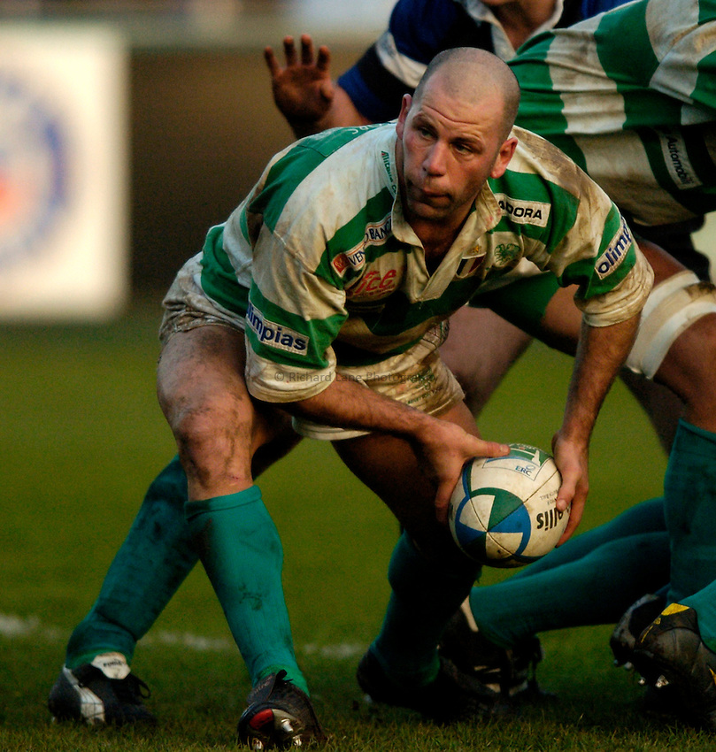Photo: Richard Lane..Bath Rugby v Benetton Treviso. Heineken Cup. 11/12/2004..Alessandro Troncon passes.