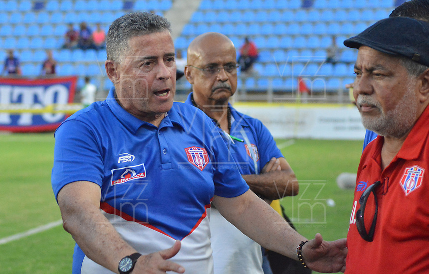 SANTA MARTA - COLOMBIA, 31-08-2019: Pedro Sarmiento técnico de Unión gesticula durante el partido por la fecha 9 de la Liga Águila II 2019 entre Unión Magdalena y Cúcuta Deportivo jugado en el estadio Sierra Nevada de la ciudad de Santa Marta. / Pedro Sarmiento coach of Union gestures during match for the date 9 as part Aguila League II 2019 between Union Magdalena and Cucuta Deportivo played at Sierra Nevada stadium in Santa Marta city. Photo: VizzorImage / Gustavo Pacheco / Cont